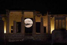 La luna aparece tras el Acrópolis de Atenas (Grecia). - ARIS MESSINIS