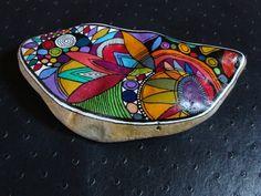 225, Galet aux crayons de couleur dans des tons vifs et multicolores