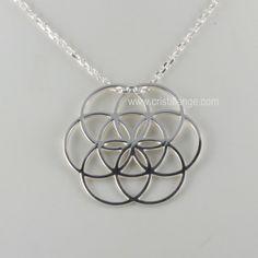 La Graine de vie au centre de ce collier en argent, un puissant symbole de vie, de protection qui s'inscrit dans la Fleur de Vie. Retrouvez la Graine de Vie dans la géométrie sacrée.