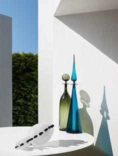 Vase Arty (Dior). Carafes en verre (The Conran Shop), avec bouchon de Joe Cariati. © Philippe Garcia