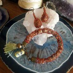 Aros y pulseras tejidas en hilo de cobre con piedras naturales.