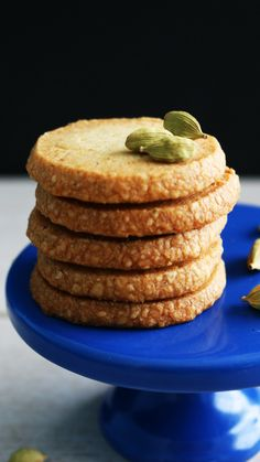 Updated Recipe - Eggless, buttery, crisp and mildly sweet melt in your mouth cardamom shortbread cookies pairs perfectly well with coffee or tea. Shortbread Recipes, Shortbread Cookies, Cookies Et Biscuits, Cookie Recipes, Cardamom Cookies Recipe, Vegan Shortbread, Crispy Cookies, No Bake Desserts, Just Desserts