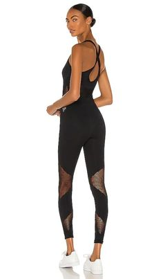 Farah Seamless Jumpsuit KORAL BEST SELLER Black Denim Shorts Outfit, Sweats Outfit, Chic Outfits, Summer Outfits, How To Wear Sweatpants, Timeless Fashion, High Fashion, Sweaters And Jeans, Casual Street Style