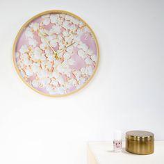 Onweerstaanbaar mooie klok voor een meisjeskamer: deze popcorn klok van Dutch Sprinkles. Je stelt de klok zelf samen in de webshop: je kunt kiezen uit 3 randkleuren en 5 wijzerkleuren. De klok is geluidloos en tikt dus niet. Voor kleine én grote meiden die van popcorn houden!