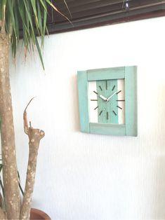 なんだか夏を連れてきてくれそうな掛け時計を作りました。リラックスが最大のテーマ。心地よいゆるさとビーチを感じさせる掛け時計です。シンプルで個性的な味わいの今、人気のナチュラル.ビィンテージ風掛け時計です。カフェやショップはもちろん、自宅のインテリアとして... Clock, Wall, Home Decor, Watch, Decoration Home, Room Decor, Clocks, Walls, Home Interior Design
