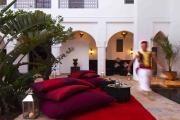 Situé au cœur de la Médina de Marrakech, entre la mosquée de Berrima et le Palais Royal, le Riad 64 est une ode à l'art de vivre marocain. Le Riad, Riad Marrakech, Palais Royal, Le Palais, Tadelakt, Architecture, Patio, Bed, Home Decor