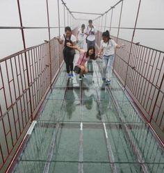 Construyen un puente con el suelo de cristal a 1.800 metros de altura