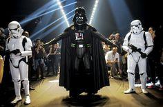 Darth Vader invade a passarela da Triton durante SPFW - http://showmetech.band.uol.com.br/darth-vader-invade-passarela-da-triton-durante-spfw/