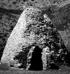 Foto antigua de los pozos de nieve de Sierra Espuña, utilizados para conservar, entre muchas cosas, sardinas para la población de Murcia.