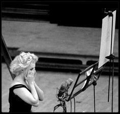"""1959 / Marilyn enregistrant les chansons du film """"Let's make love"""". (Photos Bruce DAVIDSON). Son professeur de chant et de danse n'était autre que Jack COLE ; Il créa les chorégraphies de toutes les chansons et numéros de danse de Marilyn dans « Gentlemen prefer blondes » (1953), « River of no return » (1954), « There's no business like show business » (1954), « Let's make love » (1960). Il l'aida de façon anonyme à interpréter « Running wild » dans « Some like it hot » (1959). Elle avait…"""