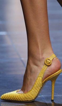Love love yellow heels www.ScarlettAvery.com