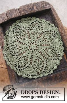 Holiday Servings - Crochet doily for Christmas. The piece is worked in DROPS Belle. Free crochet pattern DROPS Extra 0-1401