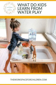 Super easy toy washing station: a simple guide to water play for children. Learning Tips, Play Based Learning, Learning Through Play, Kids Learning, Sensory Activities, Sensory Play, Toddler Activities, Free Activities, Outdoor Activities