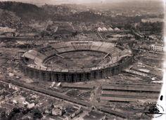 Vista aérea do Maracanã no final da década de 40. À esquerda, a antiga favela do Esqueleto, removida no início dos anos 60 para a construção da Universidade do Estado do Rio de Janeiro, a UERJ.
