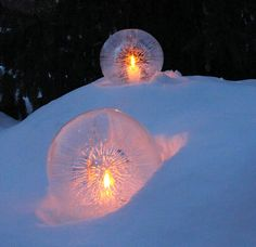 雪地上的水晶冰球   Ice Globe Lantern on Snow