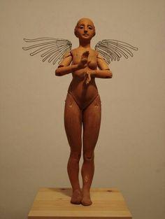 Victoria Alada, escultura de Juan Luis Aquino Pérez. Madera de cedro, terracota y alambre. 2004