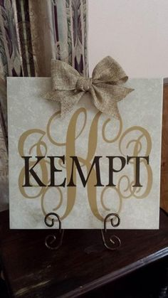 Ceramic tile with burlap bow Personalized with initials and last name. Initials used are the couples first name and last name in middle. Design is transferred on a beige ceramic tile. Silhouette Vinyl, Silhouette Cameo Projects, Silhouette Family, Tile Projects, Craft Projects, Diy Vinyl Projects, Ceramic Tile Crafts, Vinyl Monogram, Vinyl Gifts