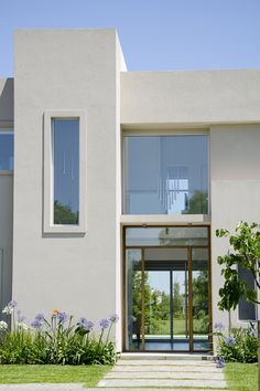 Marcela Parrado Arquitectura, Casa 13 in 2019 Small Courtyard Gardens, Small Courtyards, Facade Design, Door Design, Front Door Plants, Modern Front Yard, Sims 4 House Design, Minimalist Architecture, Container House Design