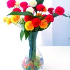 ¿Quieres poner color en tu casa de manera sencilla? Coge un jarrón, llénalo de nuestras bolas de autorriego de colores y ponle nuestras flores. ¡Quedará precioso! #flores #jarron #diy #hosten #diseño #decoracion #tips