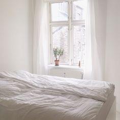 Hvidt soveværelse :) Bright Decor, Bright Kitchens, Shades Of White, Living Room Lighting, Bedroom Inspo, White Paints, Minimalism, Interiors, Furniture