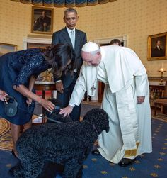 """@petesouza: Pope Francis meets Bo and Sunny. "" I just can't. #PopeinDC #PopeinUS"