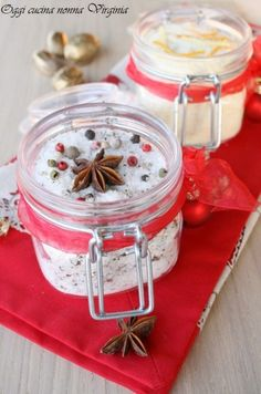 "Cinzia del blog ""Oggi cucina nonna Virginia"" ha confezionato questi profumati barattoli di sale aromatizzato (homemade flavored salt) perfetti come originale idea regalo! #Natale #Christmas #ricetta #GialloZafferano http://speciali.giallozafferano.it/regali-da-mangiare"