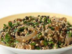 מתכון: סלט בורגול, עדשים שחורות ובצל מטוגן - מתכונים - וואלה! אוכל