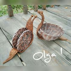 Плетение из газет Newspaper Basket, Newspaper Crafts, Paper Pop, Diy Paper, Willow Weaving, Basket Weaving, Summer Crafts, Diy Crafts For Kids, Pine Needle Baskets