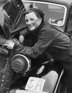 28th January 1943: A motor transport driver from the Women's Royal Navy Service (WREN's), repairing the engine of her car. (Photo by Reg Speller/Fox Photos/Getty Images)