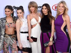 Taylor Swift arrived with her girl gang. Billboard Music Awards 2015