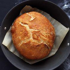 4 Zutaten, ein wenig Zeit und ein Topf: Dieses Brot zeichnet sich durch minimalen Arbeitsaufwand, eine sehr knackige Kruste und einen ausgezeichneten Geschmack aus.