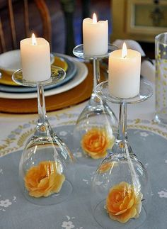copas boca abjo, con flores y velas wine tasting party. Upturned wine glass with candles for a centerpiece. More