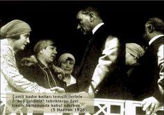 """✿ ❤ ATATÜRK, İzmit Kadın Kolları temsilcilerinin """"Hoş geldiniz"""" tebriklerini özel trenin balkonunda kabul ederken. (5 Haziran 1928) ❤❤❤❤"""
