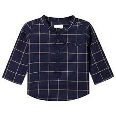 Shirt Navy fra Carrement Beau er en sesongsoverskridende nødvendighet som er like behagelig som den er klassisk. – Knappelukking foran. – Merkets brod