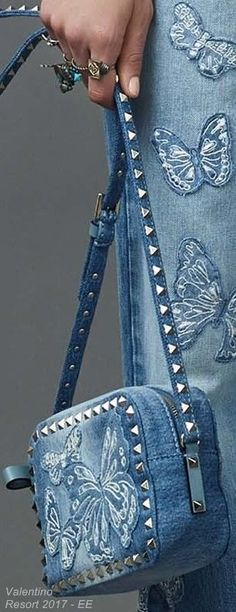 Valentino Resort 2017 - inspiration: cut butterfly or other shapes from old jeans to use as embellished appliques. Denim Fashion, Fashion Bags, Valentino Resort, Diy Sac, Bags 2017, Denim Ideas, Denim Crafts, Recycle Jeans, Old Jeans