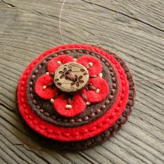 Filcový náhrdelník Lehounký náhrdelník z filcu je vyšitý bavlnkama a doplněn dřevěným knoflíčkem.