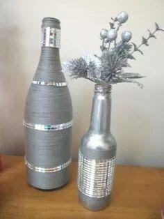 Cómo decorar botellas de vidrio con acabados metálicos Wine Bottle Design, Wine Bottle Art, Diy Bottle, Wine Bottle Crafts, Jar Crafts, Bottles And Jars, Glass Bottles, Vase Deco, Decorated Wine Glasses