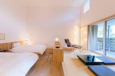 スーペリアルームRoom301 3階でスタッフ一番おすすめのお部屋。高い天井と広い和室が開放感たっぷりの贅沢な空間。バルコニーからはホテルの中庭が一望できます。 Modern Japanese Interior, Japanese Interior Design, Japanese Home Decor, Japanese House, Japanese Bedroom, Rest House, Room Interior, Platforms, Interior Architecture