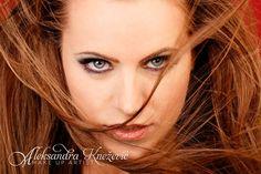 Svetlana Žmukić: Veliko mi je zadovoljstvo da vam predstavim moje najnovije fotografije sa photo-shootinga od pre par nedelja. Kao što vidite na svakoj slici, u potpisu stoji make up artist Aleksandra Knežević kojoj moram da se zahvalim za ovaj divan make-up.