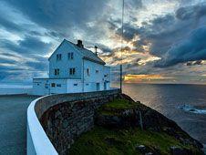 Recorremos las islas y fiordos de la región de Sunnmøre a través de ocho faros históricos donde es posible alojarse, tomar un café o visitar una galería. Desde allí, arropados por el mar del Norte, soñamos con vigilar el horizonte.