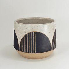 Just a little black and white planter soon ? - Just a little black and white planter soon ? Ceramic Planters, Ceramic Mugs, Ceramic Art, Stoneware, Pottery Mugs, Ceramic Pottery, Pottery Art, Modern Ceramics, Contemporary Ceramics