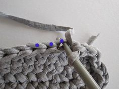 Po uháčkovaní dna urobíme jeden riadok KS, ktoré picháme za zadnú nitku (označené modrou bodkou). Tým vypracujeme okolo dna oddelenie, vďaka ktorému bude kabelka pekne stáť. Merino Wool Blanket