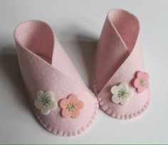 Baby Girl Flower Bootie KIT - Wool Felt - Do It Yourself - Materials and Instructions - Craft Kit - Pattern and Pre Cut PiecesKIT for one pair of baby booties, size zero to three months. Die cut wool felt pieces and instructions for sewing are included. Crafts For Girls, Diy For Girls, Baby Crafts, Doll Shoe Patterns, Baby Shoes Pattern, Sewing Patterns, Vintage Baby Mädchen, Felt Baby Shoes, Costura Diy