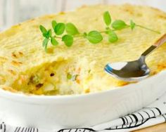 Try this low carb fish pie recipe with salmon, white fish, tomatoes and spices. A great and healthy dish to prepare for a cosy dinner with friends. Pie Recipes, Low Carb Recipes, Cooking Recipes, Tuna Pie, Fish Casserole, Fish Pie, Batch Cooking, Mets, Healthy Dishes