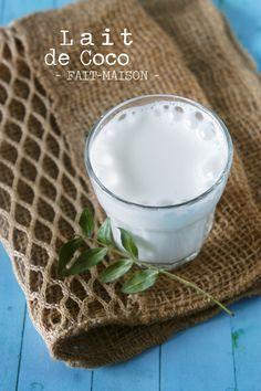 Oui, on continue la série des laits végétaux faits-maison ! Après le lait d'amande, que je fais déjà depuis un moment, je me suis penchée sur le lait de coco fait-maison (petit message subliminal à Loubna, qui m'a glissé cette suggestion dans l'oreillette en commentaire ^^). Attention, je parle bien de « lait » de coco, et pas de « crème », quoique, vous allez voir la suite … Ben mes cocos, si je vous dis que c'est ultra fastoche ? On prend de la noix de coco râpée, de l'eau, et on est bon…