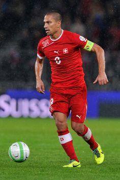 Gokhan Inler con la maglia della sua nazionale (Svizzera)