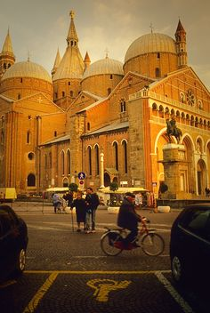 Basilica of Saint Anthony Padua - Italy Cool Places To Visit, Places To Go, Padua Italy, Saint Anthony Of Padua, Famous Buildings, Travel Around Europe, Regions Of Italy, Religious Architecture, City Landscape