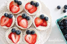 Red, White and Blueberry Cheesecake Yogurt Cupcakes Mini cheesecake cupcakes made with Greek yogurt and cream cheese topped with strawberries and blueberries. They taste too good to be under 100 calories! Lemon Desserts, Köstliche Desserts, Dessert Recipes, Ww Recipes, Yogurt Recipes, Skinnytaste Recipes, Healthier Desserts, Plated Desserts, Summer Recipes