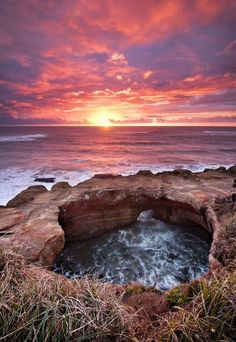 Devil's Punchbowl off of Highway 101 on the Oregon Coast. A perfect place to hit up on an Oregon coast road trip! The Places Youll Go, Places To See, Beautiful World, Beautiful Places, Reisen In Die Usa, Ocean Sunset, Sunset Beach Oregon, Oregon Travel, Oregon Vacation