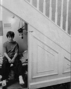 Harry,um armário sobre a escada à um sorriso escondido.